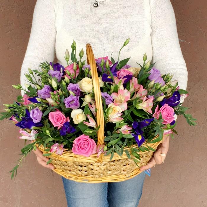 Увеличить - Корзина с ирисами и розами